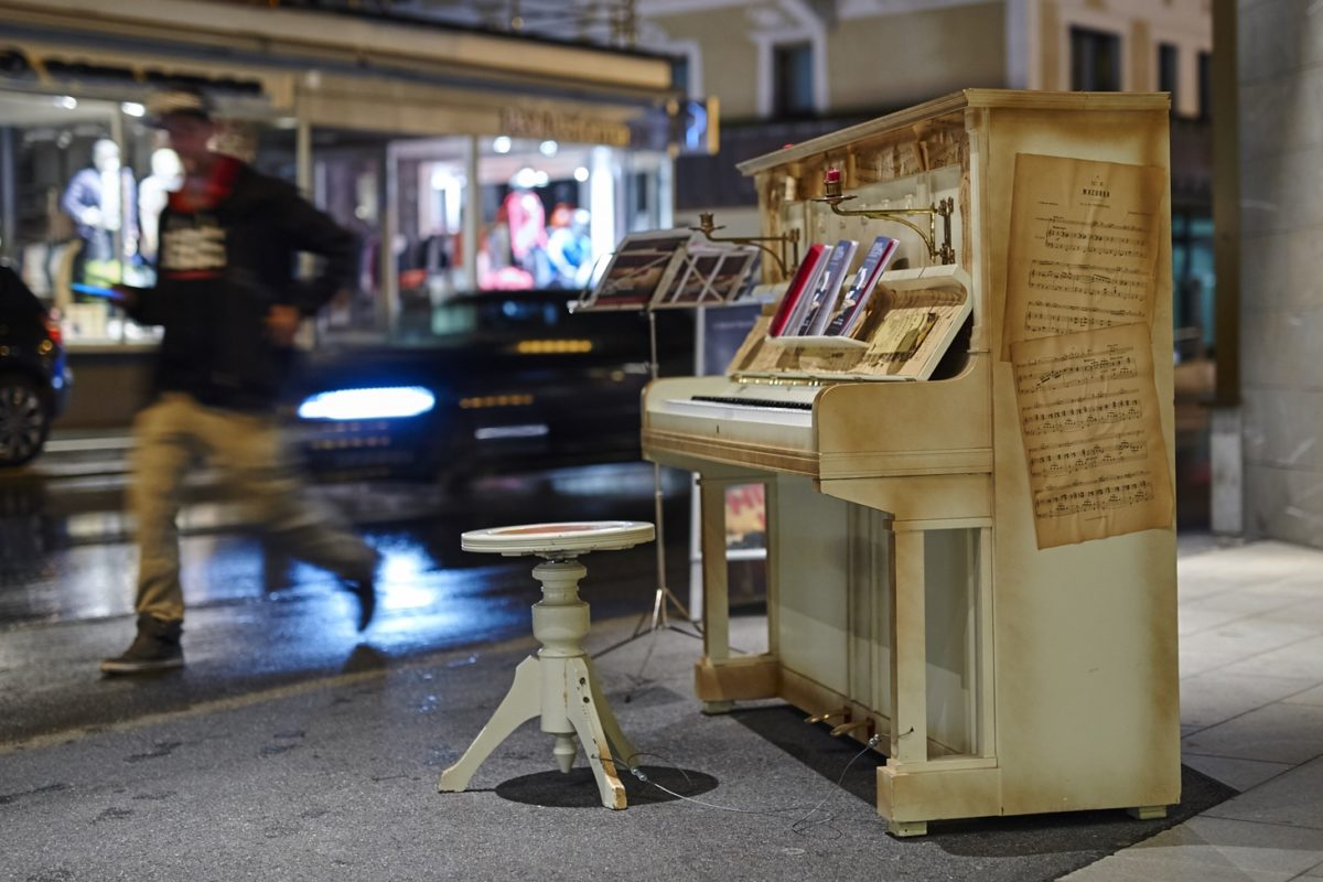 Das Klavier vor dem Hotel Morosani, das die Passanten einlädt zu spielen oder eine Veranstaltung zu besuchen. Am Davos Festival - young artists in concert 2015 - Kreisverkehr